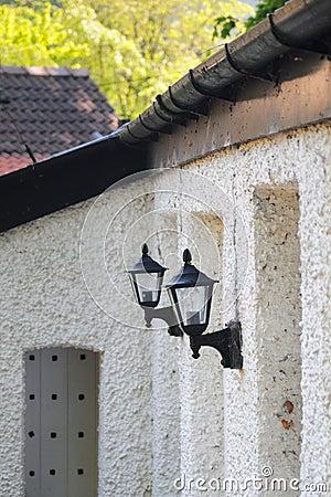 Lanternas na parede velha, opinião de perspectiva