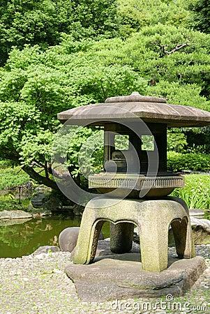Lanterne en pierre ext rieure japonaise dans le jardin de - Lanterne zen jardin ...