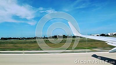 Lanzamiento de los aviones aruba caribbean Cielo azul y nubes blancas almacen de metraje de vídeo