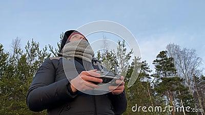 Lanzamiento de un vehículo aéreo no tripulado en la observación del Cuadrocopter forestal almacen de video