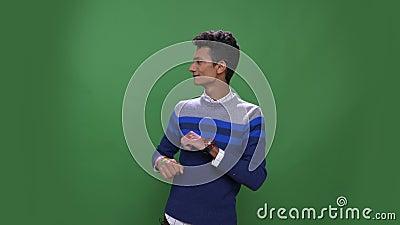 Lanzamiento del primer del baile masculino indio atractivo joven con la alegr?a que mira la c?mara con el fondo aislado en verde metrajes