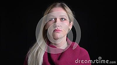 Lanzamiento del primer de la hembra caucásica bonita joven con el pelo rubio que es agujereado y deprimido mientras que mira la c almacen de video