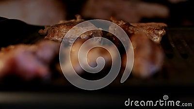 Lapje vlees het braden Varkensvleesvlees bij de grill Chef-kok Cooking Vers Vlees Ongezond Voedsel BBQ stock footage