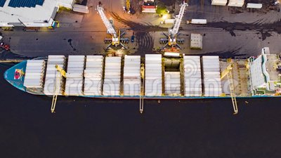 Lapso de tempo aéreo da carga & do descarregamento do navio de carga filme
