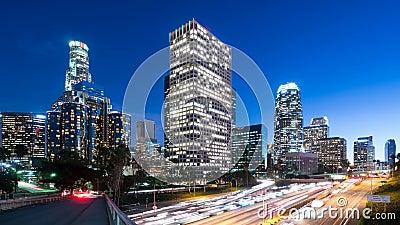 Lapso de tempo do centro do tráfego de Los Angeles e de autoestrada.