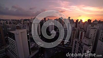 Lapso de tempo do por do sol e da noite que caem na cidade grande Belo Horizonte, BRASIL filme