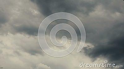 Lapso de tiempo de nubes corrientes en el cielo oscuro metrajes