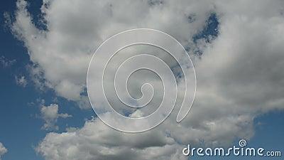 Lapso de tiempo de nubes corrientes en un cielo azul almacen de metraje de vídeo