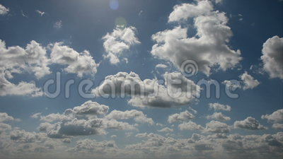 Lapso de tiempo de nubes corrientes en un cielo azul metrajes