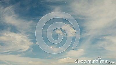 Lapso de tiempo de nubes corrientes en un cielo azul almacen de video