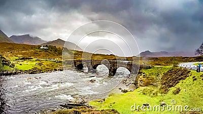 Lapso de tiempo del puente de piedra viejo de Sligachan sobre el río Sligachan con el pico de Beinn Dearg Mhor y de Marsco de Cui almacen de video