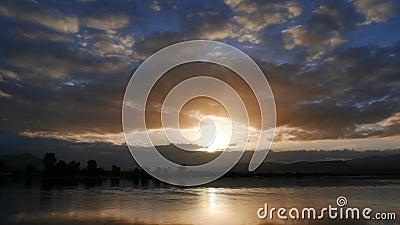 Lapso de tiempo egeo oscuro y colorido de la salida del sol 08 almacen de video