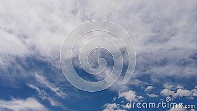 Lapso de tiempo impresionante de las formaciones mullidas blancas de las nubes en un cielo azul hermoso del verano con efectos lu almacen de video