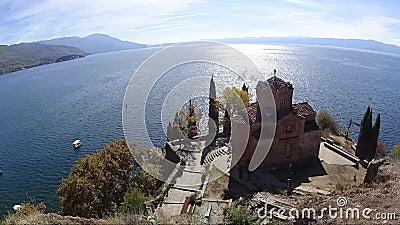 Lapso de tiempo de la iglesia del SV Jovan Kaneo en Ohrid con el lago en el fondo, Macedonia almacen de video