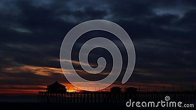 Lapso de tiempo de la puesta del sol en un embarcadero almacen de video