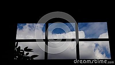 Lapso de tiempo de nubes a través de una ventana de la cocina almacen de video