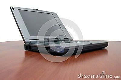 Laptop auf Kirschschreibtisch