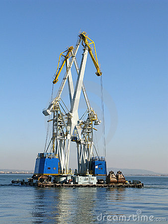Large maritime cranes working