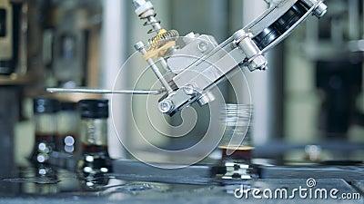 Las botellas de cristal con alcohol están consiguiendo cerradas con los casquillos metrajes