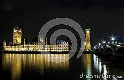Las casas del parlamento y del puente de Westminster