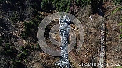 Las comunicaciones se elevan en el bosque - visión aérea almacen de metraje de vídeo