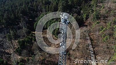 Las comunicaciones se elevan en el bosque - visión aérea metrajes