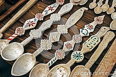 Las cucharas de madera rumanas tallaron