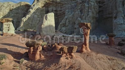 Las formaciones de roca únicas muestran seta como formaciones metrajes