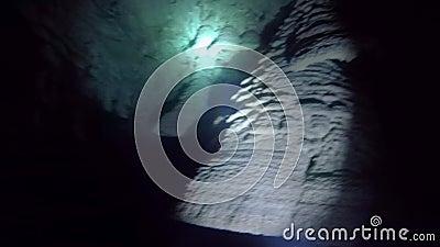 Las formaciones de roca subacuáticas o las estalactitas saben como Belces del infierno en el cenote de Zapotec, México metrajes