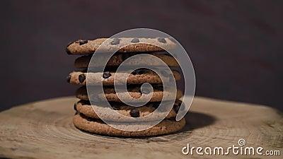 Las galletas con el chocolate desmenuzan, rotación 360 grados almacen de metraje de vídeo
