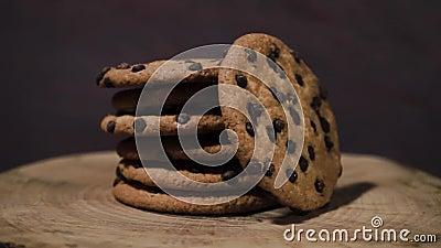 Las galletas con el chocolate desmenuzan, rotación 360 grados almacen de video