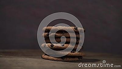 Las galletas con el chocolate desmenuzan, rotación 360 grados metrajes
