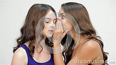 Las hermanas susurran en su oído almacen de metraje de vídeo