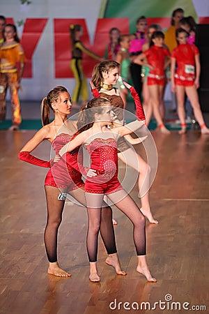 Las muchachas descalzas bailan en IX la olimpíada de la danza del mundo Fotografía editorial