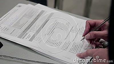 Las mujeres completan un cuestionario del formulario almacen de metraje de vídeo