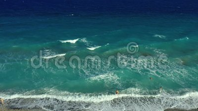 Las olas color turquesa con vistas aéreas rompen en una playa de guijarros vacía Mar puro y tranquilo desde la vista de pájaro, l almacen de metraje de vídeo