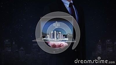 Las palmas abiertas del hombre de negocios, teclado en la PC del cuaderno, tableta cambiaron el edificio moderno, edificio de la