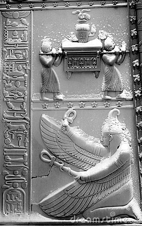 Las puertas del egipcio bajo nieve