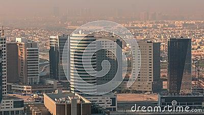Las torres de bahía de negocios de Dubái en el lapso de tiempo aéreo matutino metrajes