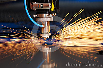 Laser-Ausschnitt des Metallblattes mit Funken