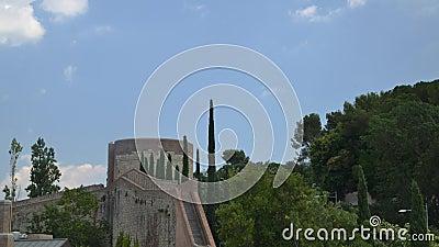 Lasso di tempo dei turisti non identificabili che scalano le scale sulla parete medievale della fortezza, conosciuto in catalano  archivi video