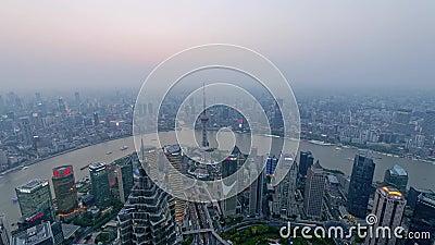Lasso di tempo della diga di Schang-Hai, dal tramonto alla notte, città moderna nell'inquinamento atmosferico, vista aerea dell'o archivi video