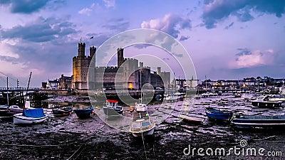 Lasso di tempo della discesa dell'acqua al castello di Caernafon alla notte, Gwynedd Galles - nel Regno Unito stock footage