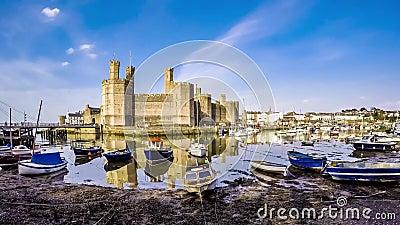 Lasso di tempo della discesa dell'acqua al castello di Caernafon, Gwynedd Galles - nel Regno Unito stock footage