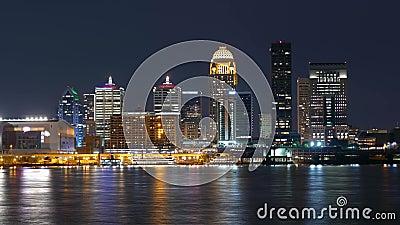 Lasso di tempo sparato dell'orizzonte di Louisville di notte stock footage