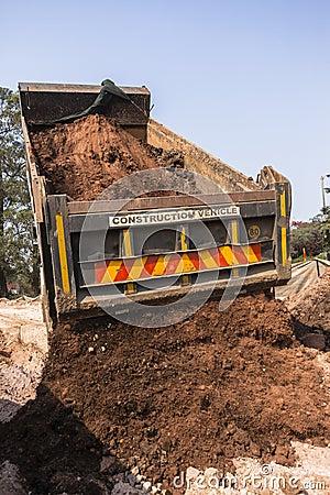 Lastbil som tippar jordvallar