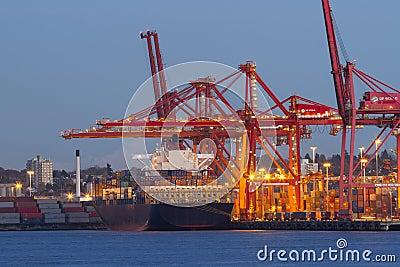 Lastfartyg och port
