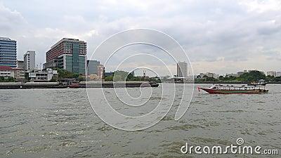 Lastkahn mit einem Schlepper transportiert Fracht auf dem Fluss in der Stadtlandschaft stock video footage