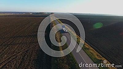 Latająca wysokość nad zafrachtowania semi przewozi samochodem odtransportowanie towary na ruchliwie autostradzie w pięknym lato w zdjęcie wideo