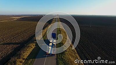 Latająca wysokość nad zafrachtowania semi przewozi samochodem odtransportowanie towary na ruchliwie autostradzie w pięknym lato w zbiory